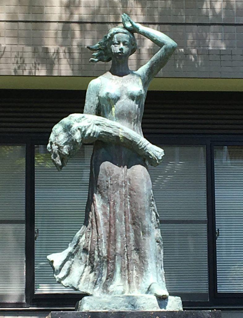 「豊穣」のブロンズ像